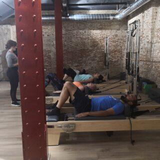 clase de pilates en máquinas reformer
