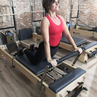 Profesora de Pilates en máquina reformer